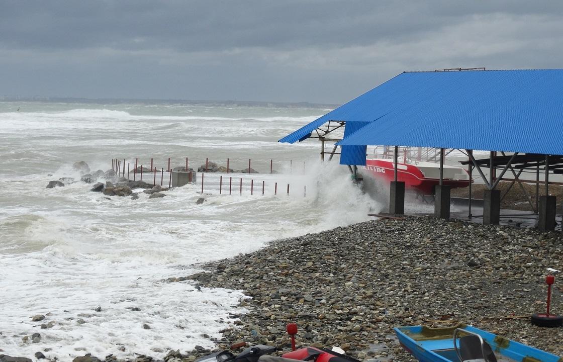 Жителям и гостям Анапы запретили купаться в местной акватории