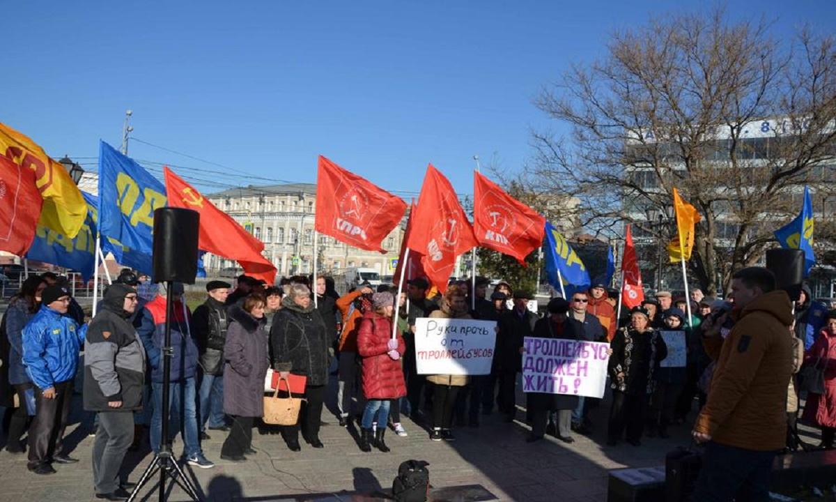 «Город без троллейбуса – деревня». Астраханцы вышли на протестный митинг