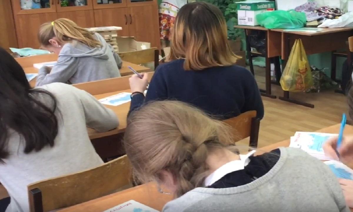 Школьники из Астрахани вместо уроков заполняют приглашение на выборы. Видео