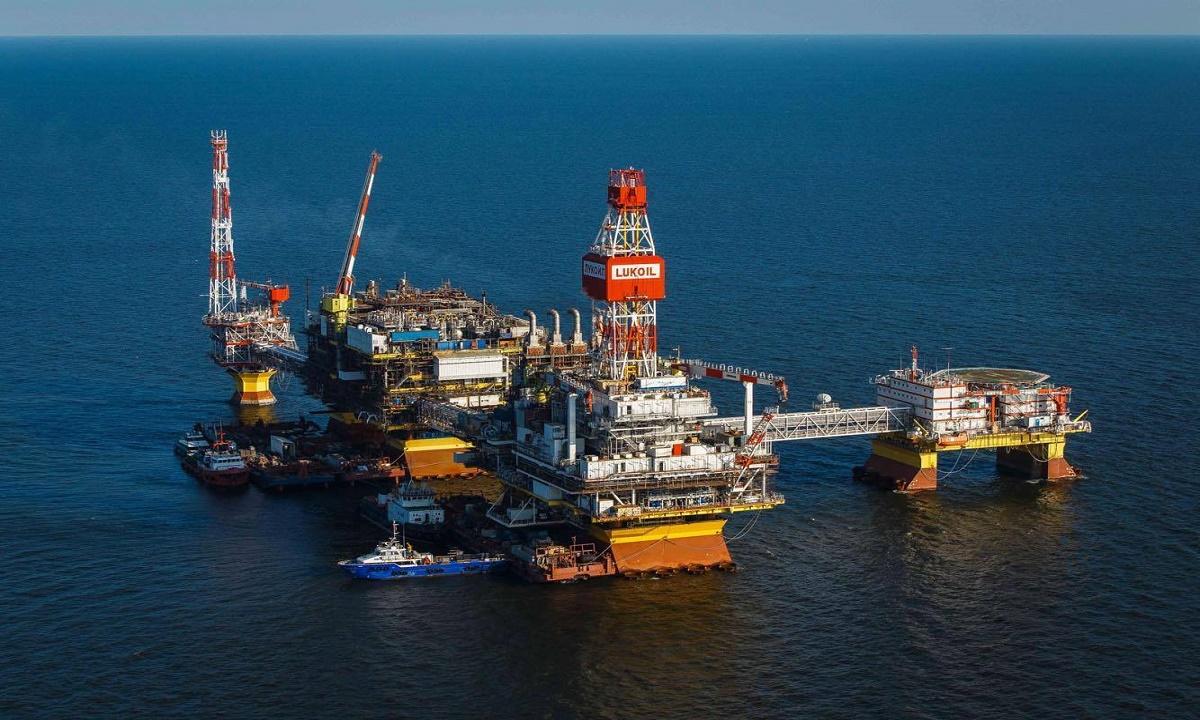 Первые астраханцы проголосовали на месторождениях нефти в Каспийском море