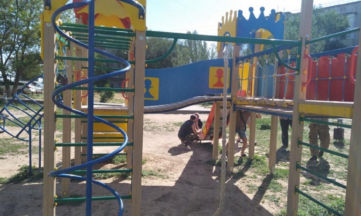 В Ахтубинске поставят детскую площадку взамен снесенной чиновниками