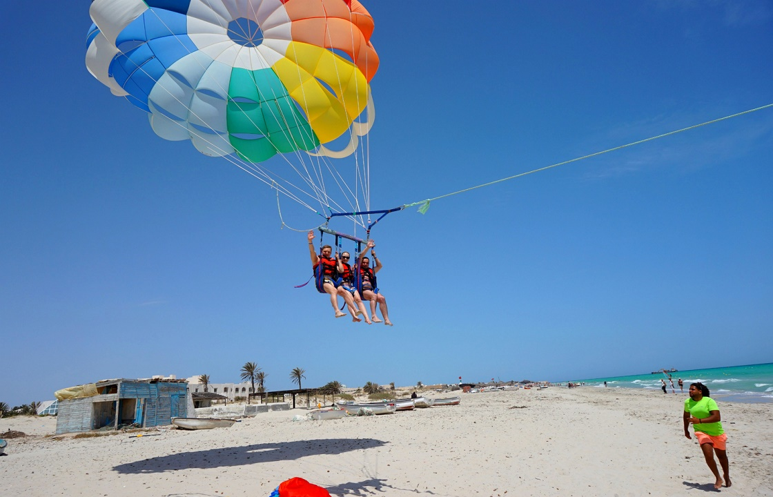 Молодая пара на парашюте «приземлилась» на линию электропередач в Джугбе. Видео