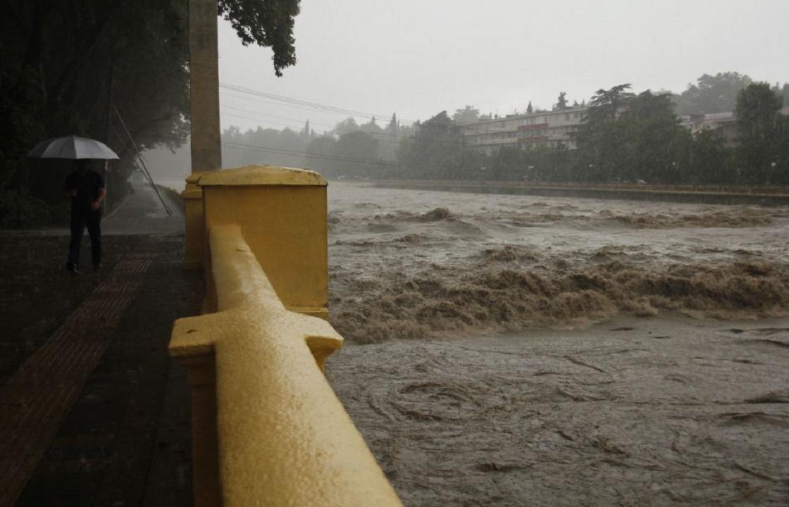 Из-за ливней на двое суток перекрыта трасса в Сочи