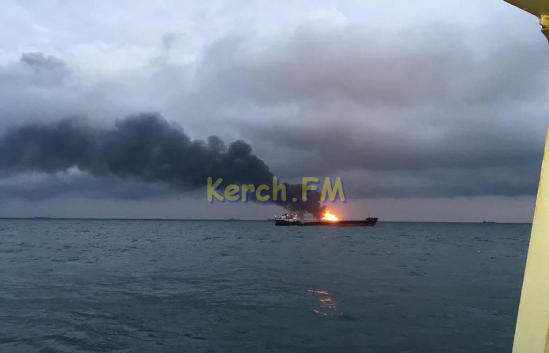 При входе в Керченский пролив загорелись два судна. Видео