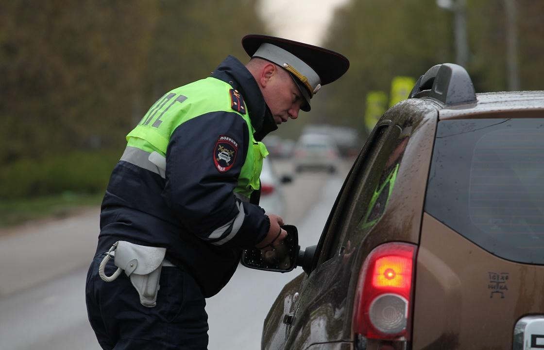 Инспекторы ГИБДД из Калмыкии взяли «штраф» бутылками с алкоголем