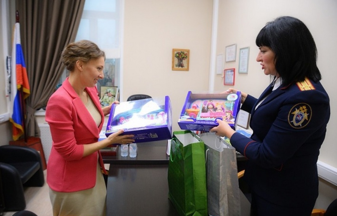Красноярские следователи передали подарки Аише Ажиговой из Ингушетии