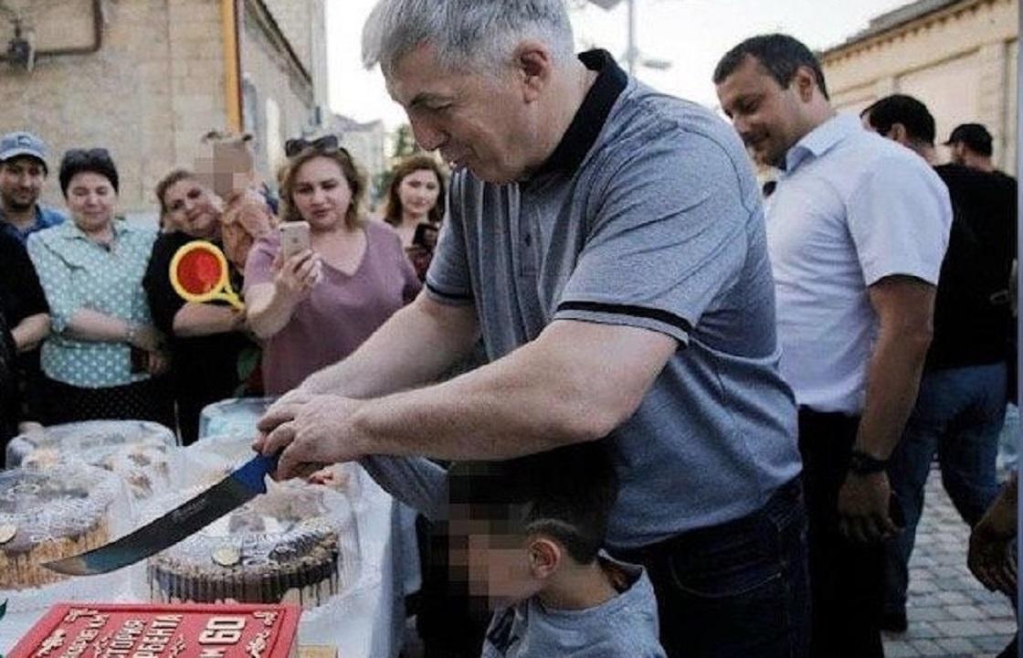 Мэр Дербента накормил всех сладостями в свой день рождения