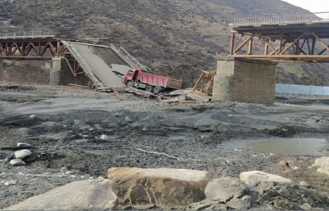 Грузовик обрушил мост в Дагестане. Фото
