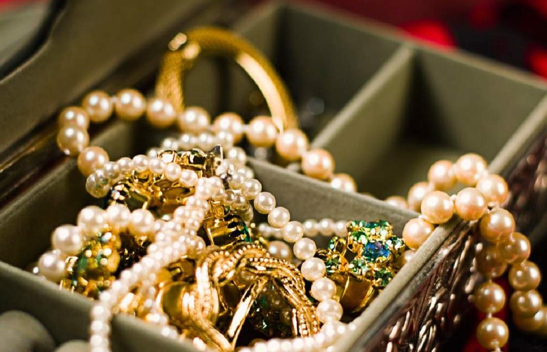 Пакет с золотом на 1,5 млн рублей украли из багажника машины в Симферополе