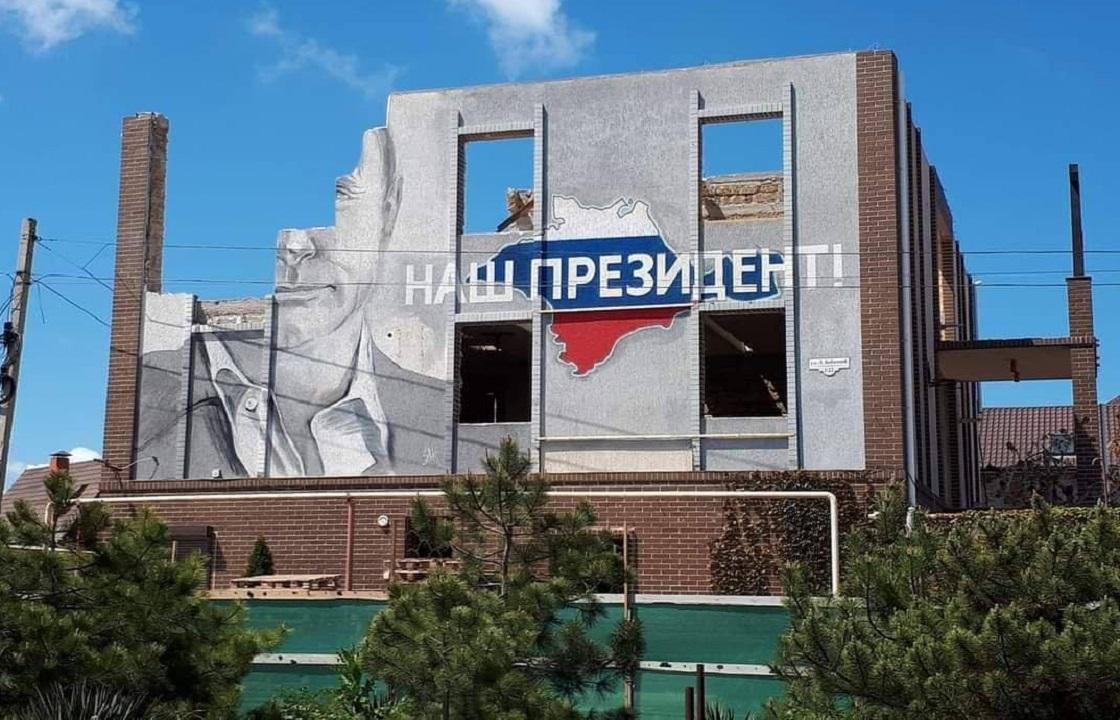 В Севастополе сносят здание с портретом Путина