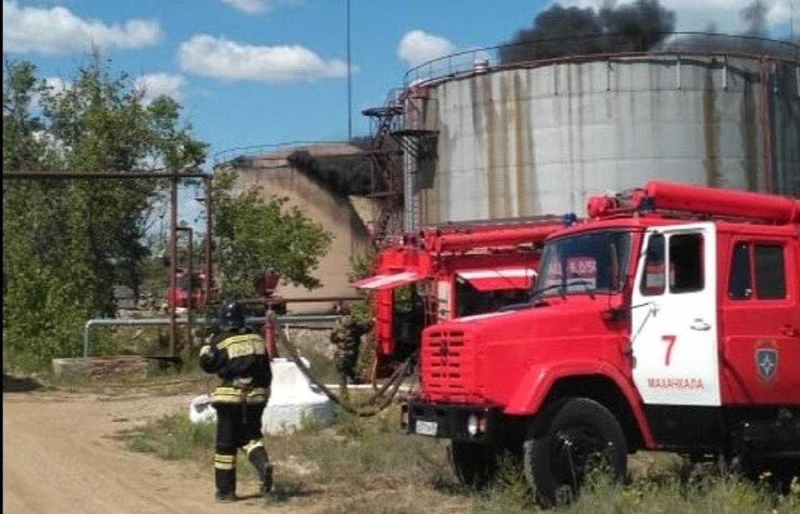 Резервуар с нефтепродуктами горит в Махачкале