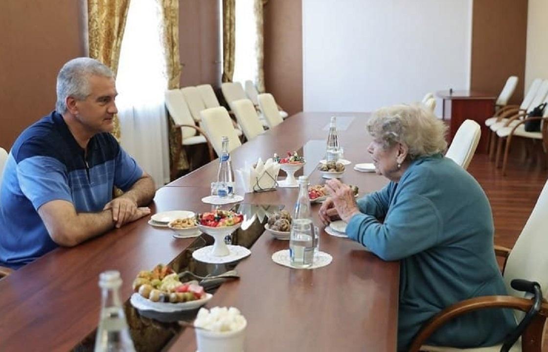 Ставшая россиянкой советница президента США встретилась с главой Крыма. Фото