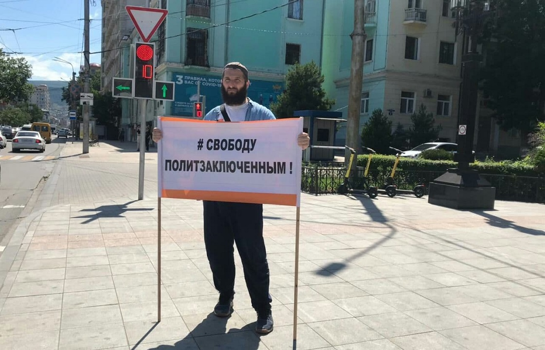 Коллеги журналиста Гаджиева пикетами отметили двухлетие его ареста