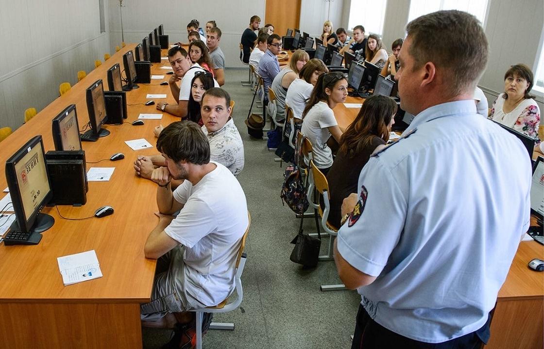 Инспекторы ГИБДД из Астрахани раздавали права без экзаменов