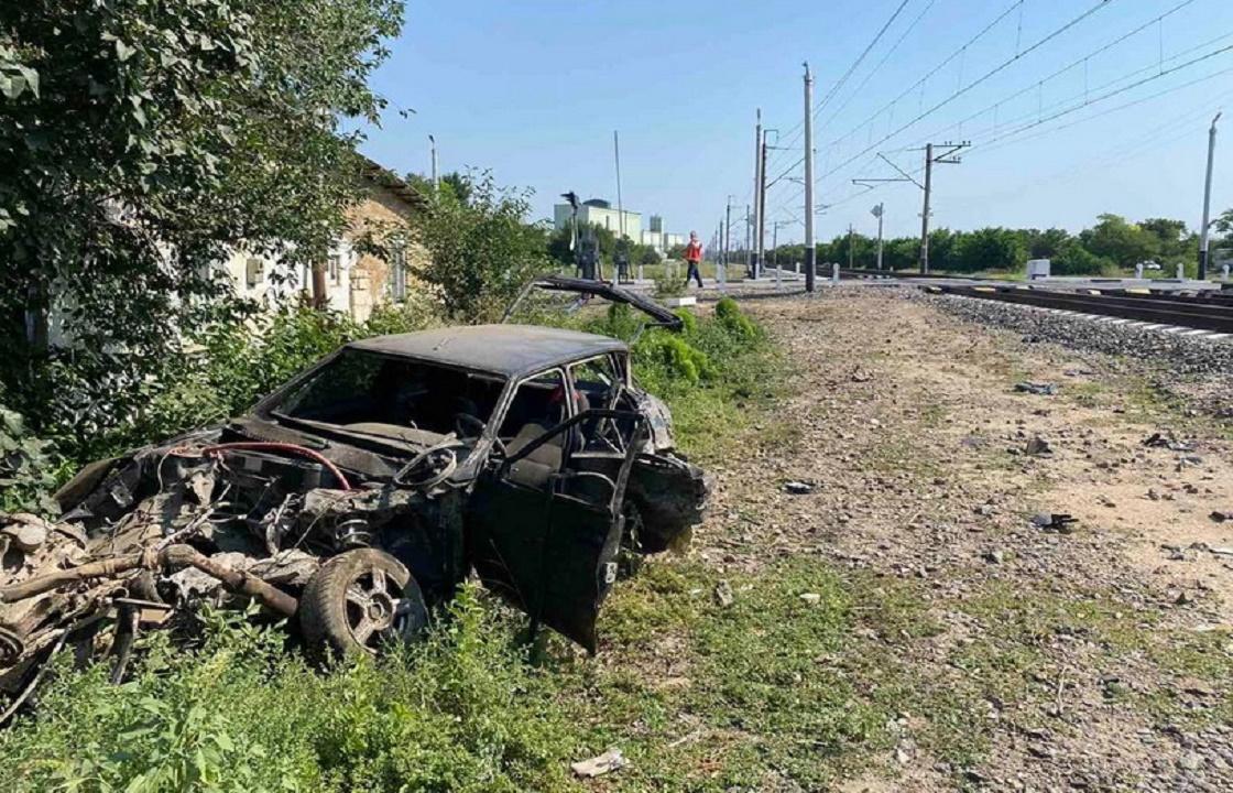 Пассажирский поезд и ВАЗ столкнулись в Крыму. Фото