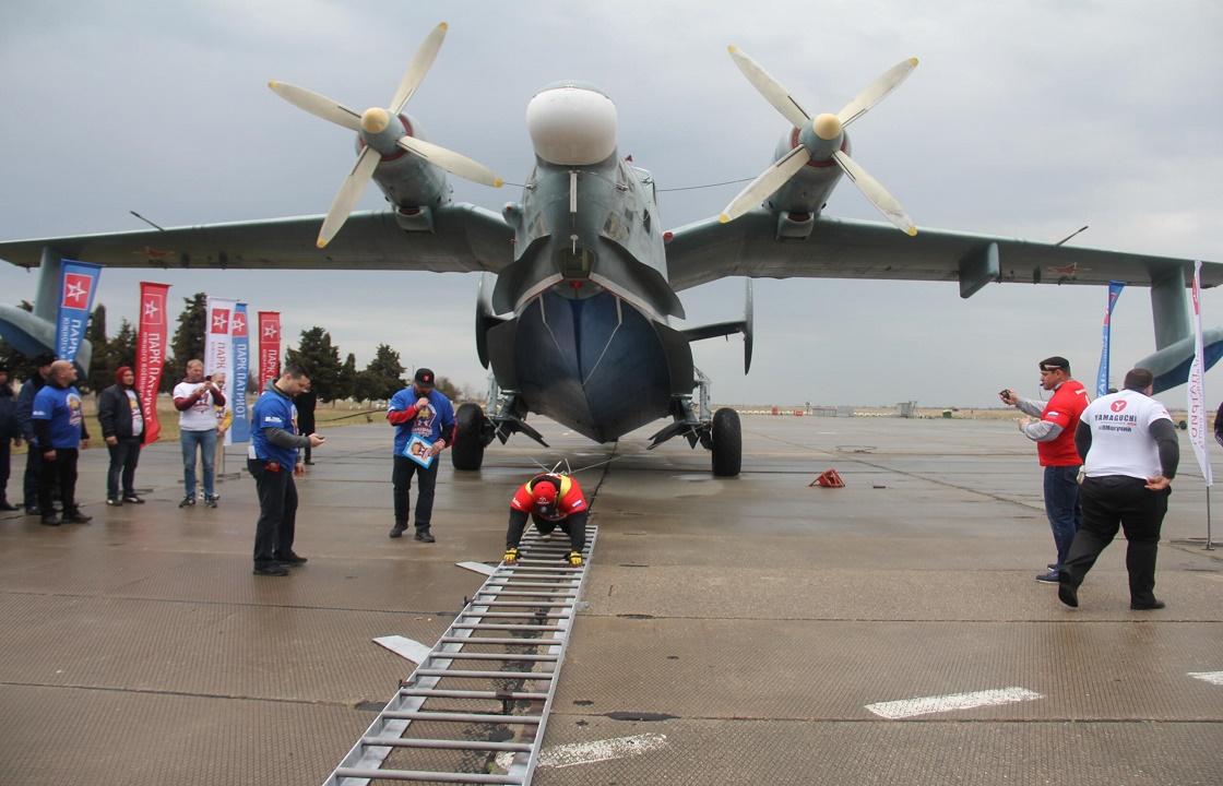 Крымский атлет сдвинет 20-тонный самолет в аэропорту Симферополя