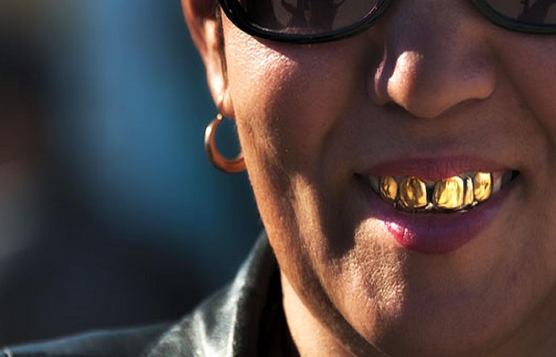 Чтобы отыграться у букмекера, астраханец украл у сожительницы золотые коронки